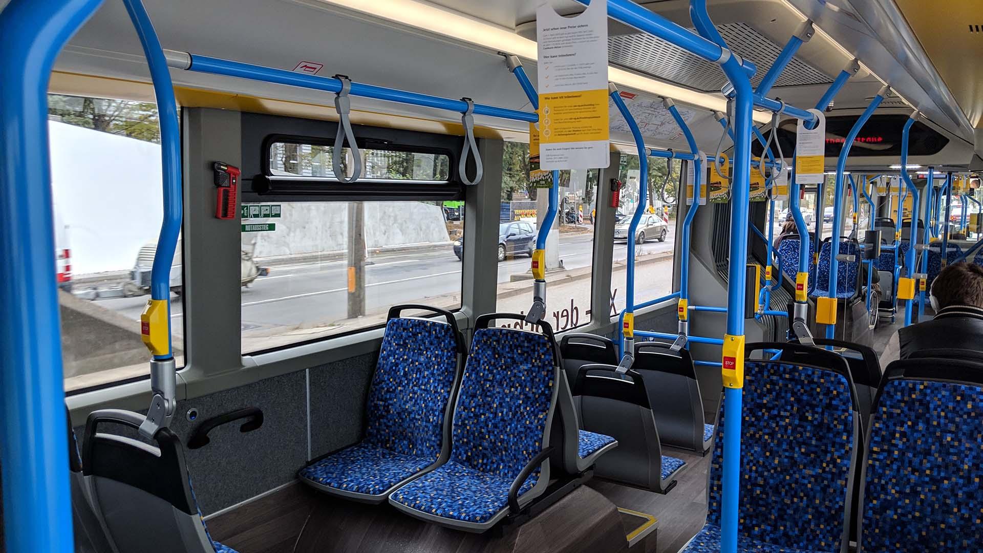 An Bord eines Gelenkbusses auf dem X1