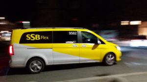 Ein Fahrzeug von SSB Flex am Schlossplatz in Stuttgart