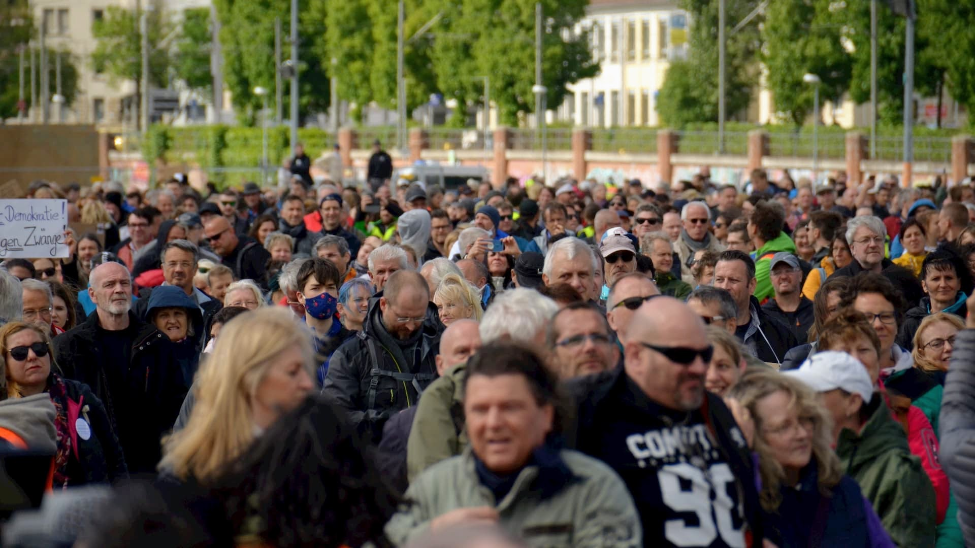 """Demonstranten bei einer von Michael Ballweg organisierten """"Querdenken 711"""" Kundgebung"""