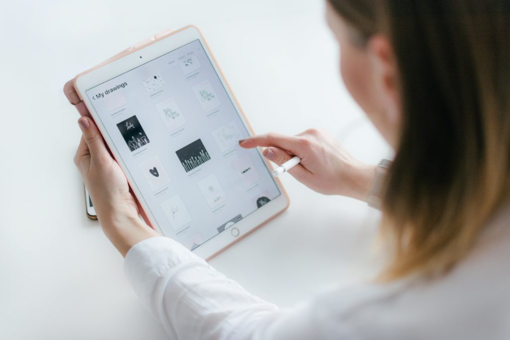 Frau mit iPad und Apple Pencil